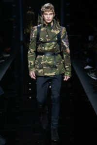 Показ мужской коллекции Balmain в стиле милитари на Неделе моды в Париже, 2017