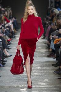 Лили Дональдсон в красном костюме на показе Max Mara