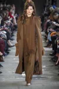 Изабели Фонтана на показе Max Mara в Милане