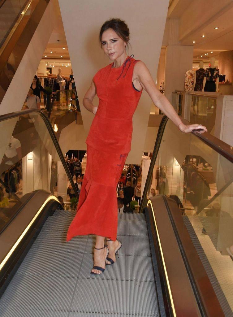 красное платье виктории бекхэм, 2017
