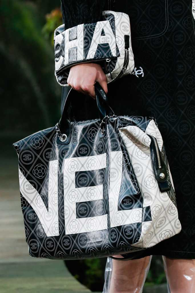 сумка с надписью шанель