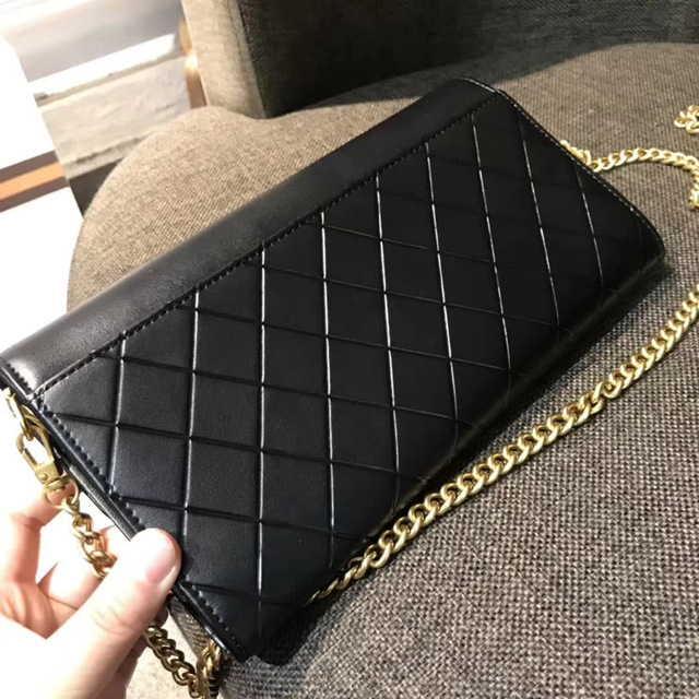 Черная сумка на цепочке в стиле Шанель