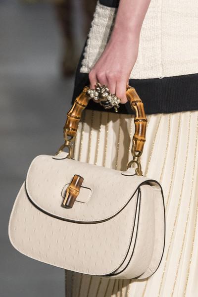 белая сумка Гуччи с бамбуковой ручкой