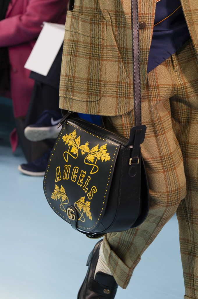 черная сумка Гуччи с надписью и принтом