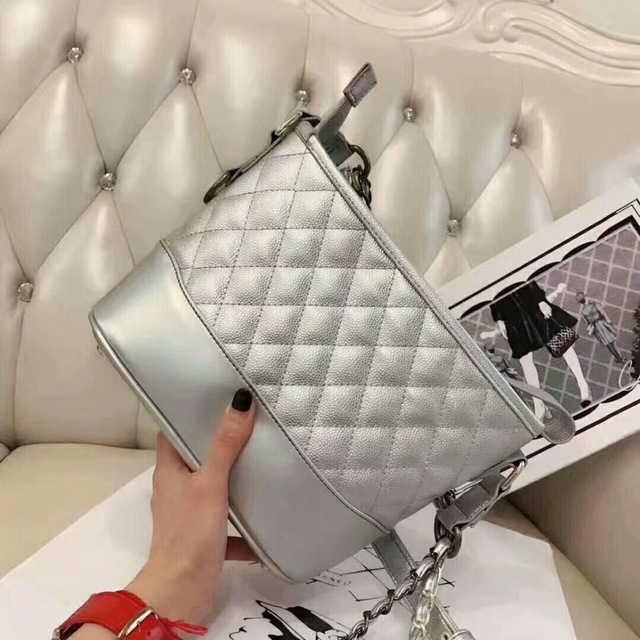 Серебристая кожаная сумка в стиле Шанель