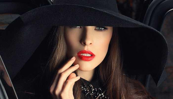 Как носить шляпу с широкими полями, чтобы выглядеть модно