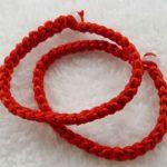 Традиция носить красные браслеты из шерстяных нитей: Израиль и Индия