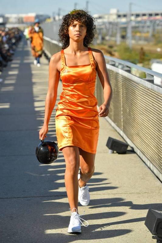 с какой обувью носить платье спортивное
